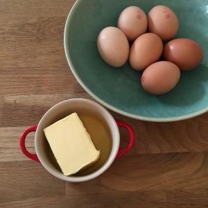 100 Gramm Butter in einem kleinen Topf bei niedriger Temperatur zum Schmelzen bringen.