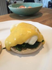 Die Hollandaise passt übrigens auch sehr gut zu Eggs Florentine: englischer Muffin, Spinat, pochiertes Ei und Hollandaise machen aus jedem Brunch etwas Besonders.